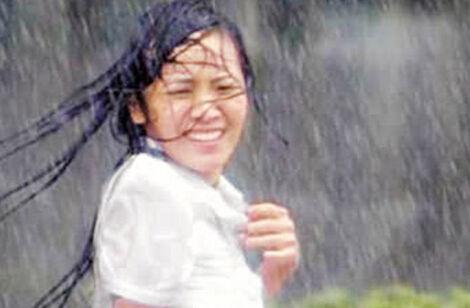 大雨倾盆毁妆容达人教你拯救暴雨后的发型
