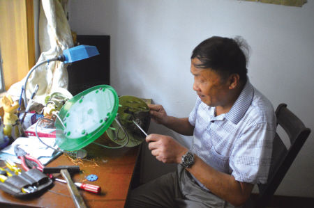 图为老王在修理家电。