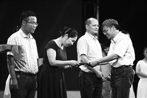 全国教育系统劳动模范、姜水根(右一)为省级优秀教师代表颁奖