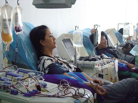 医务人员捐献血小板。