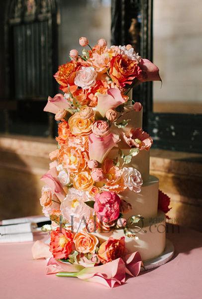 鲜花装点的婚礼蛋糕浪漫花语送上最好祝福