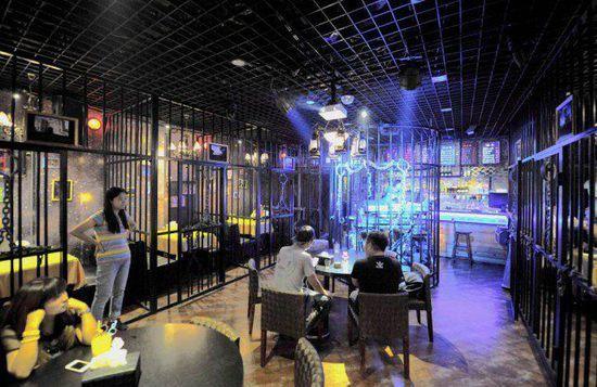 中国监狱式主题餐厅 体会吃牢饭感觉