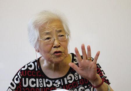 87岁退休教师严侃