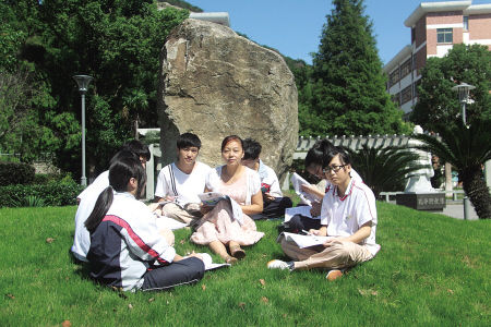 张梅(中)和学生们在一起。