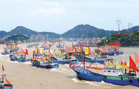 开船仪式后,大马力钢质渔轮浩浩荡荡驶离石浦港。(徐能 俞莉 陈光曙 摄)