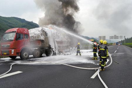 大货车高速爆胎起火