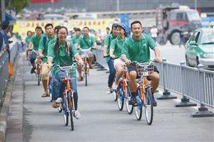 去年无车日,志愿者在宁波街头体验公共自行车出行 资料图片