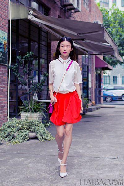 时尚潮人完美演绎红裙子白衬衫的减龄穿搭