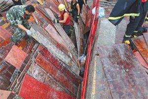 镇海工厂内木板堆倒塌 一名工人身亡