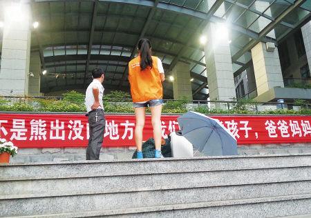 新生家长被拦在学校报到区外。