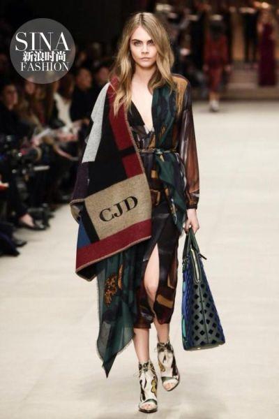 被单直接当外套潮人示范披毯子出街时髦装扮