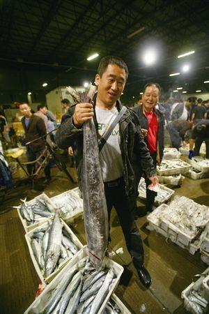 一位收购商买到了一条20多斤重的马鲛鱼。 记者 高远 摄