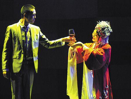 昨晚,首届宁波文化广场国际短片电影周开幕式在文化广场大剧院举行。图为开幕式上的默剧表演。(记者 周建平 摄)