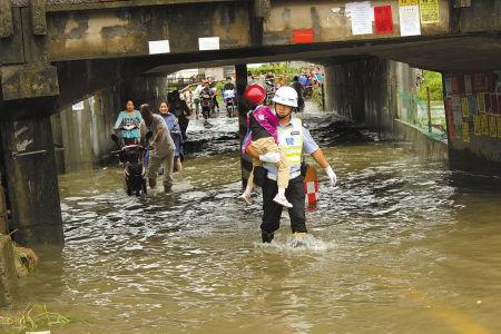 积水堵路 协警来回蹚水护送老幼30多人次