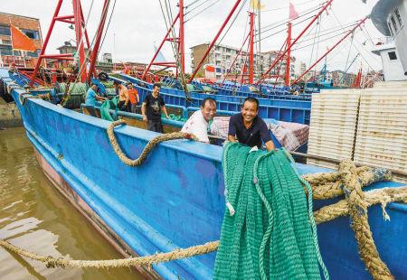 昨天上午9点多,记者在象山石浦渔港看到,这里已恢复风平浪静,一艘艘大马力钢质渔船陆续有序地出海进行生产作业。图为渔民在整理渔具。   记者 黄金/文 徐佳伟/摄
