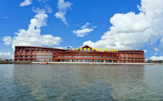 """这家酒店建在阳澄湖生态休闲旅游度假区内,贯穿""""莲花岛""""与""""美人腿半岛"""