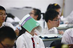 9月24日,宁波三中,一位高一学生在课间休息放松。他们将面对新的高考改革