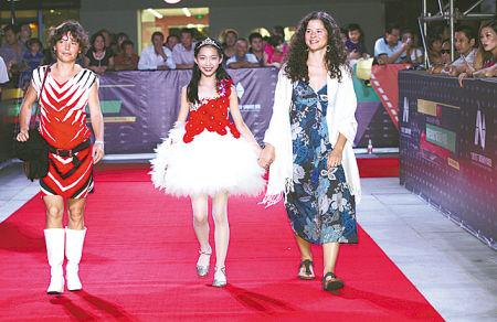 闭幕式上,中外评委及电影人踏上宁波文化广场大剧院的红地毯。