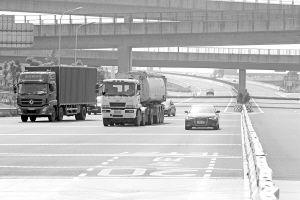 长假将至,平时宽敞的高速将变得繁忙甚至拥堵。 记者 王鹏 摄