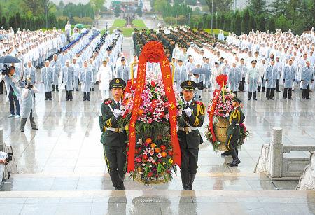 昨天上午,我市在樟村四明山革命烈士陵园举行烈士公祭仪式。(丁安 摄)