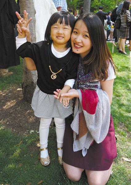 图为今年5月,顾凯妮带领患儿参观宾夕法尼亚大学校园。