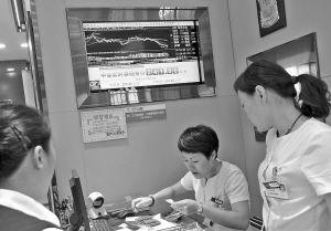 一家商场内,电子屏幕上显示金价的实时走势。   记者 王增芳 摄