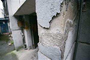 海曙高塘地块一座老楼房外墙老化严重