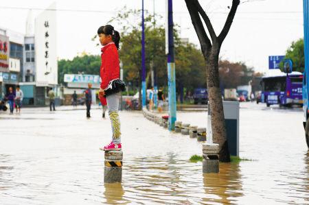 昨天下午,镇海部分沿江道路被淹。通讯员 郑凯侠 摄