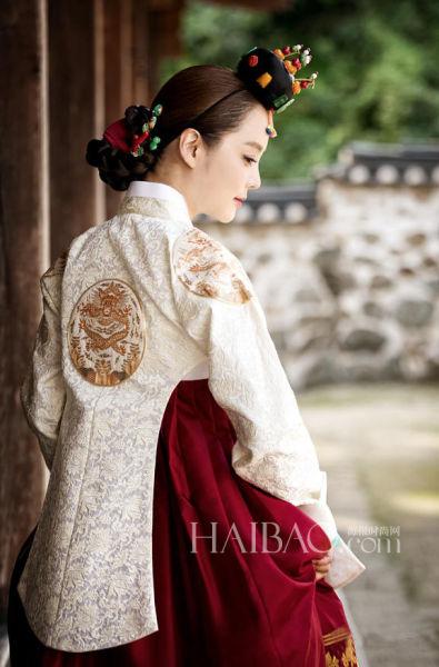 高梓淇蔡琳婚纱照曝光身着韩式礼服举止甜蜜