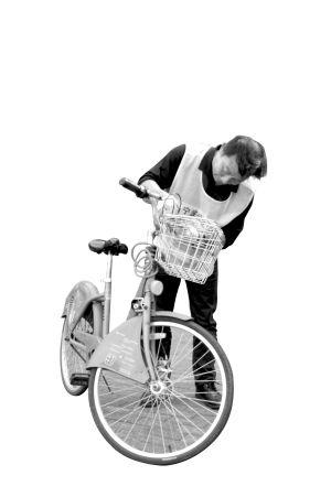 公共自行车修理员陈师傅正在修车。记者 刘波 实习生 乐骁立 摄