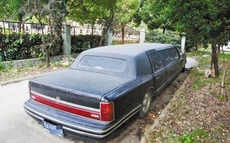 一辆林肯车停在宁波十五中实验校区南门口的消防通道上。记者 唐严 摄