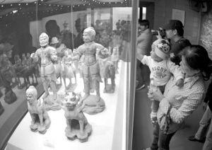 市民正在参观中国港口博物馆。