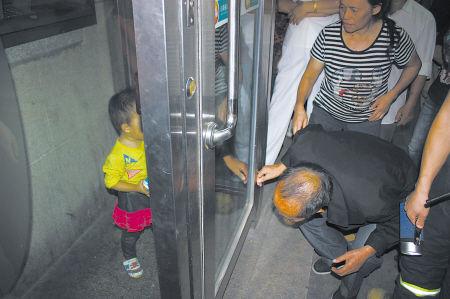 女孩被困银行ATM机房