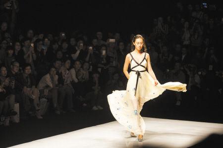 """昨晚,第十八届宁波国际服装节开幕首秀在宁波国际会展中心举行。本届服装节从今天开始到26日,连续上演4天""""时尚大戏""""。记者 唐严 摄"""