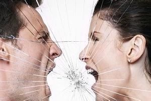 情侣吵架资料图。