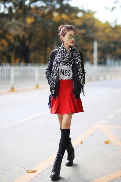 皮夹克时代来临美女亲身示范简单耐看的装扮