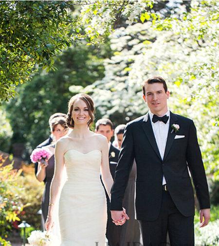 浪漫情侣终成眷属新娘身着嫁衣幸福牵手爱人