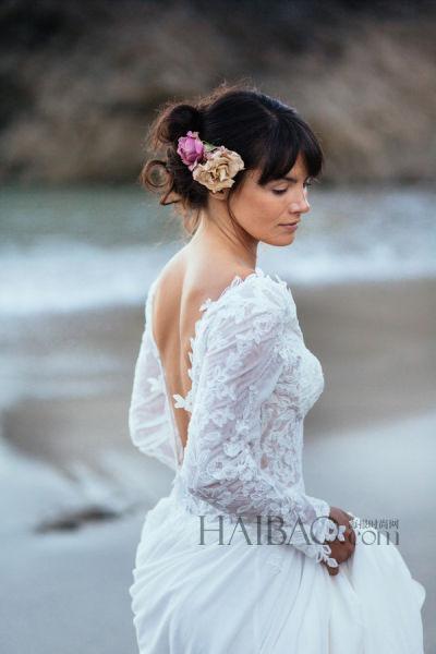 沙滩上赤脚嬉戏的新娘用镜头留下青春美好记忆