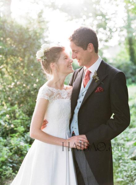 温馨的户外婚礼新娘掉肩款式婚纱穿出优雅感