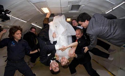 《星际穿越》爆火来场太空婚礼拯救地球