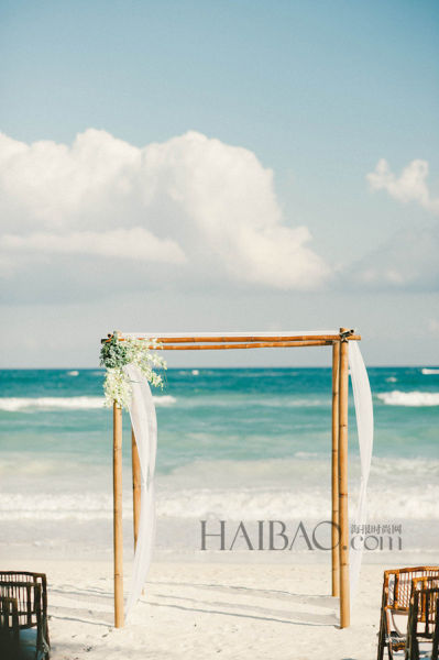 海滩婚礼现场布置轻纱幔帐之中见证幸福