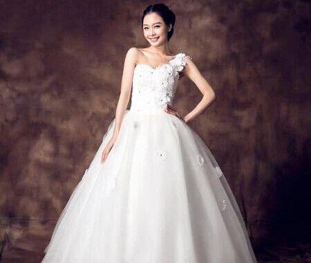 白色斜肩婚纱瘦小型新娘的最佳选择(组图)