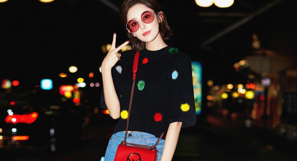 娜扎俏皮启程米兰时装周 机场演绎另类毛球时尚
