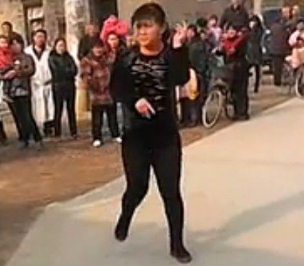 视频:实拍中国乡村大妈锣鼓式超炫摇头舞